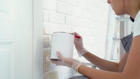 W górę kobiet ręk maluje z szczotkarską ścianą z cegieł zdjęcie wideo