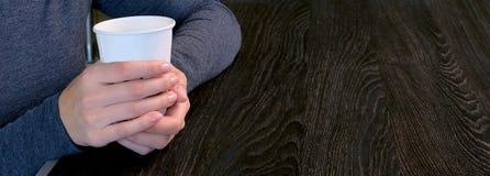 W górę kobiet ręk trzyma białego szkło kawa Dziewczyna wydaje jej czas wolnego w kawiarni Szablon lub sztandar dla obrazy stock