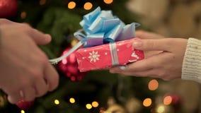 W górę kobiety przechodzi prezent mężczyzna W górę kobiety dać jego chłopakowi bożym narodzeniom lub nowego roku prezentowi Świąt zbiory wideo
