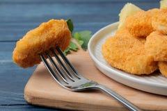 w górę kurczak bryłek na rozwidleniu na błękitny drewnianym stole Fasta Food szybkie żarcie zdjęcia stock