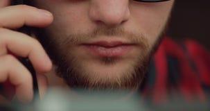 W górę mężczyzn usta opowiada smartphone obsiadaniem w kawiarni, komunikacja biznesowa zdjęcie wideo