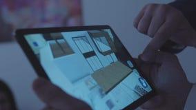W górę mężczyzna ręk z domowym projekta programem na pastylce, patrzejący szczegóły domowa powierzchowność i robić niektóre zdjęcie wideo