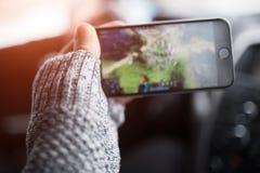 W górę mężczyzna ręki bawić się gra wideo na smartphone zdjęcie royalty free