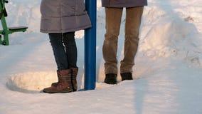 W górę mężczyzny i kobiety noga angażuje w symulantach w dryfach w zima parku Boczny widok zdjęcie wideo