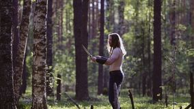 W górę mężczyzny z długie włosy i brodą Stoi po środku lasu z jego oczami zamykającymi Moment koncentracja zbiory