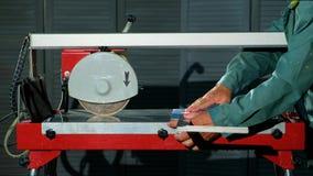W górę męskich ręk stawiająca płytka na tnącej maszynie i pomiarowa płytka z pomocy władcą zbiory wideo