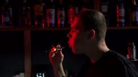 W górę męskiego barmanu dmuchania na węglach w nargile barze zdjęcie wideo
