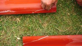W górę męskiej pracownik ręki robi pomiarom na czerwony stalowy zadaszać outdoors klamerka Materiały i equipments dla zdjęcie wideo