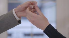 W górę męskiej ręki dostaje klucz żeńska ręka Kluczowy przekazania pojęcie Pomyślnie zrobił transakcji Reklamować i real zdjęcie wideo
