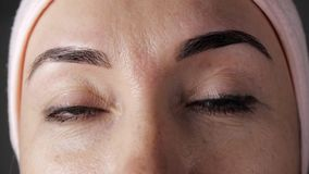 W górę młodej caucasian żeńskiej twarzy po kosmetycznej procedury Kobiet oczy przyglądający w górę zbiory wideo