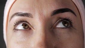 W górę młodej caucasian żeńskiej twarzy po kosmetycznej procedury Kobiet oczy zgodnie patrzeje w różnym zbiory