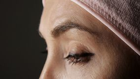 W górę młodej caucasian żeńskiej twarzy przed kosmetyczną procedurą Kobiet oczu spojrzenie posyła mruganie zbiory wideo