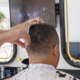 W górę, mistrzowski fryzjer robi ostrzyżeniu i stylowi z nożycami i gręplą Pojęcie zakład fryzjerski obraz stock