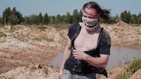 W górę nóg drałowania odprowadzenie na błotnistej ziemi w pustynnym terenie zbiory wideo