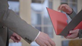 W górę nierozpoznanego mężczyzny znaka hipoteki kontrakta, stawiający podpis na sprzedaż zakupu do wynajęcia zgodzie, handshaking zdjęcie wideo