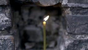 W górę płonącej świeczki w kamiennej ścianie footage Ko?cielna p?on?ca ?wieczka zbiory