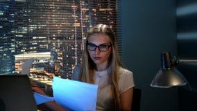 W górę pięknego nauczyciela sprawdza somebody zbiorczego w domu w eyeglasses zbiory