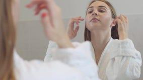 W górę piękno portreta młoda kobieta z gładką zdrową skórą, delikatnie dotyka jej twarz z ona palce ?liczny zbiory wideo