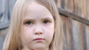 W górę - portret piękna smutna mała dziewczynka z dużym brązem ono przygląda się zdjęcie wideo
