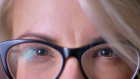 W górę portreta żeński brąz ono przygląda się w czarnych szkłach ogląda bezpośrednio w kamerę zbiory wideo