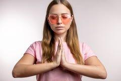 W górę portreta emocjonalnej młodej kobiety ćwiczy joga zdjęcia royalty free