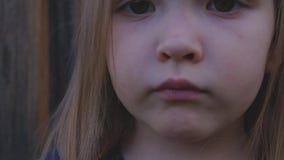 W górę portreta piękna poważna mała dziewczynka zbiory wideo