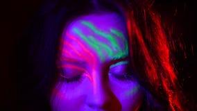 W górę portreta piękna ufna dziewczyna z scena neonowym makijażem iść robić występowi Śliczna dziewczyna otwiera ona oczy zdjęcie wideo