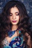 W górę portreta piękny atrakcyjny model z luźnym fryzury i profesjonalisty makijażem fotografia stock