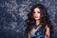 W górę portreta piękny atrakcyjny model z luźnym fryzury i profesjonalisty makijażem obrazy royalty free