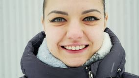 W górę portreta szczęśliwa kobieta patrzeje uśmiech w zwolnionym tempie i kamerę