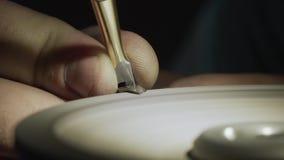 W górę, pracownik ostrzy gwoździ nożyce na toczaku, zwolnione tempo zdjęcie wideo
