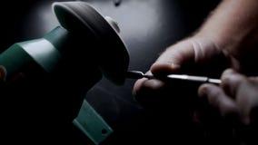 W górę, pracownik ostrzy manicure narzędzia na toczaku, błyska w zwolnionym tempie zdjęcie wideo