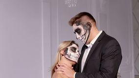 W górę przerażającej dziewczyny z makeup dla Halloween, mężczyzna trzyma jej szyję zdjęcie wideo