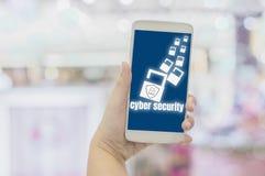 W górę ręk bizneswomanu mienia smartphones z ikonami kłódka i osłona Z zbawczym pojęciem chronienia ogłoszenie towarzyskie obraz stock