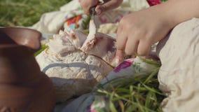 W górę ręk młodej kobiety tnąca okrasa na bochenku biały chleb Zdrowy jedzenie, Ukraińska tradycyjna kuchnia zdjęcie wideo