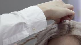 W górę ręki Mistrzowski fryzjer Robi tytułowaniu zbiory