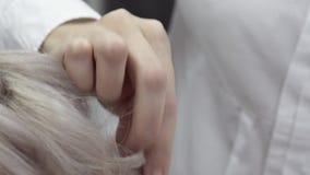 W górę ręki Mistrzowski fryzjer Robi tytułowaniu zbiory wideo