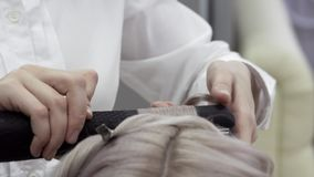 W górę ręki Mistrzowski fryzjer Robi tytułowaniu zdjęcie wideo
