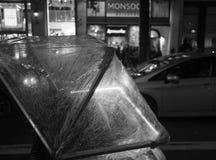 W górę riksza wzdłuż centrum miasta ulicy przy nocą w Londyn, Anglia Abstrakcjonistyczna uliczna fotografia w czarny i biały obraz royalty free