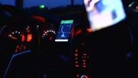 W górę samochodowej deski rozdzielczej, pulpit operatora z prędkość wymiernikiem, paliwowego spożycia, ręk na kierownicie i świat zbiory wideo