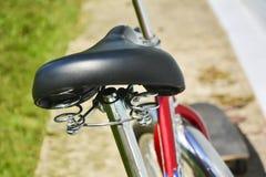 W górę siedzenia z rowerowym szoka absorberem Pojęcie zdrowy styl życia, plenerowe aktywność zdjęcia royalty free