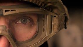 W górę skupiającego się oka silny wojskowy w mundurze i hełmie, patrzeje kamerę podczas gdy stojący, autentyczny nowożytny