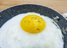 W górę smażącego jajka na białym tle fotografia stock