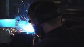 W górę spawacza w ochronnej odzieży pracuje z metalem, spawalniczy metal klamerka Spawalniczy proces zbiory wideo