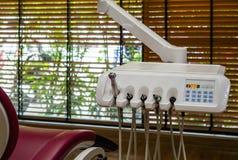 W górę Stomatologicznego wyposażenia z czerwonym rzemiennym krzesłem na obrazy stock