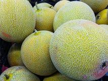 W górę stosu surowy melon dla sprzedaży fotografia royalty free