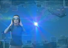 w górę strona puszka miasta futurystyczna kobieta z futurystycznymi szkłami i mnóstwo racami Zdjęcia Royalty Free