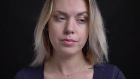W górę strzału w średnim wieku blondynka bizneswoman ogląda intriguingly w kamerę w błękitnej bluzce z miarki neckline zbiory wideo