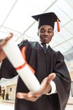 w górę strzału amerykanin afrykańskiego pochodzenia kończący studia uczeń zdjęcie stock