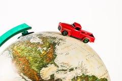 w górę strzału czerwonej pickup zabawki samochodowa jazda na kuli ziemskiej fotografia stock